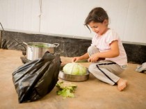 A young prepares iftar in Syrian refugee camp of Za'atri in Jordan. Photo by UNHCR/J. Kohler